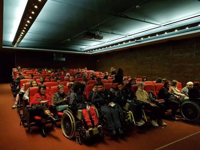 """Resultado de imagem para acessibilidade cinema"""""""