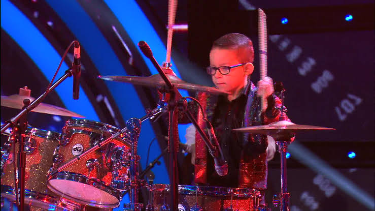 niño tocando batería