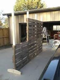 Pallet Screen Room Divider A Quick Way To Make Privacy Screen For The Garden Or Work Area This Ladies Husband Made This O Fence Decor Backyard Pallett Wall