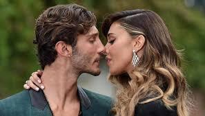 Belen e Stefano De Martino, è amore: scatta il bacio