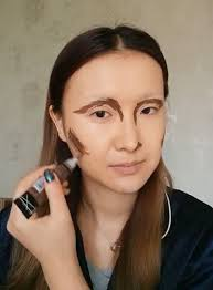 transforms herself into mona lisa