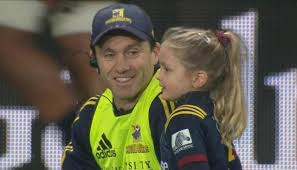 Super Rugby 2019: Annabelle Smith helps out All Blacks dad Ben on waterboy  duties | Newshub