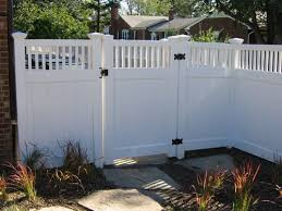 This Fence By The Side Of Kitchen Along The Apt Side And Around Yard Smaller Picket Fence In Front W Matchin White Vinyl Fence Backyard Fences Fence Design
