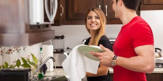 """Resultado de imagem para casal dividindo trabalho domestico"""""""