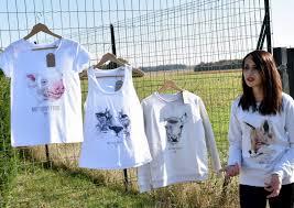 elle vend ses t shirts bio à julien