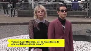 Rami Malek ha confermato: la fidanzata è la co-star Lucy Boynton | Video