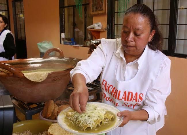 preparando enchiladas