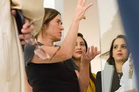 Polly Brooks, médiatrice. Crédit photos... - La Boîte_ Un lieu d'art  contemporain | Facebook