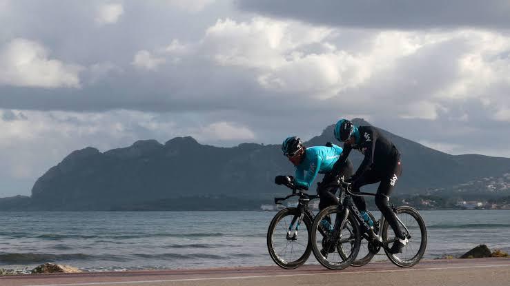 ciclistas en la playa