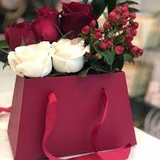 باقة ورد طبيعي أحمر وأبيض بحامل ورد احمر أنفاسك زهور