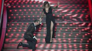 Sanremo 2020, Sabrina Salerno si ferma sulla scala dell'Ariston ...