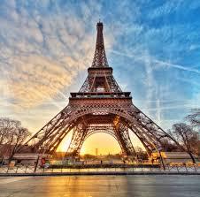 صور لبرج ايفل فرنسا ومظاهر جمالها فى صورة قلوب فتيات