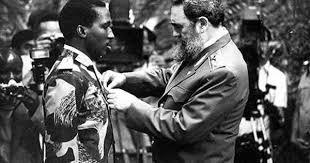 Thomas Sankara est médaillé par Fidel Castro