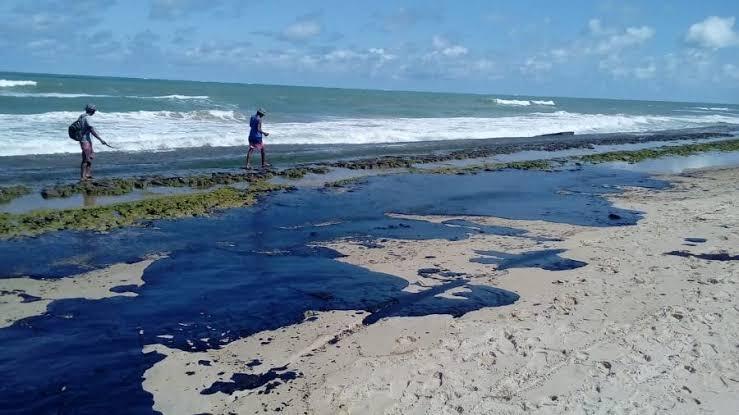 Resultado de imagem para manchas de oleo nas praias do nordeste