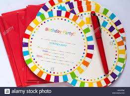 Preparandose Para Escribir Invitaciones A Fiesta De Cumpleanos Con