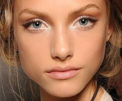 how to lift droopy eyes using makeup