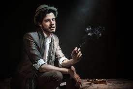 تحميل خلفيات الرجل سترة السراويل قميص وشاح قبعة السجائر الدخان زجاجة ويسكي السرير عريضة 2048x1365 جودة عالية Hd صور خلفيات