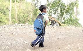 Resultado de imagen de estudiante caminando solo