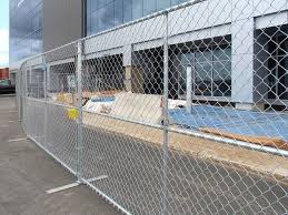 Temporary Chain Link Fence With Flat Fence Feet Installed To Secure The Building Construction Site Construction Fence Fence Chain Link Fence