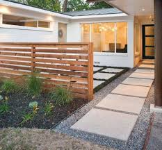 Horizontal Fence Front Yard In 2020 Front Yard Design Modern Landscaping Modern Front Yard