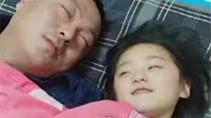 Bố ngủ cùng con gái 15 tuổi mỗi tối, bất ngờ khi nhìn thấy đồ tế ...