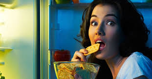 images?q=tbn%3AANd9GcS5m8RazGQCPWhr2JvGaK6eihHrlMnBb8yhFutrEzqUMpaDO1ld&usqp=CAU - Fakta Makan Tengah Malam Disebut Jam Makan yang Bikin Gemuk