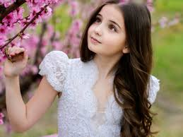 صور اطفال كيوت حلوين جدا Little Girl Standing Along With Flowers