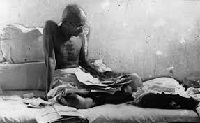 16 de Abril – 1919 — Mahatma Gandhi organiza um dia de 'oração e jejum' em  resposta à morte de manifestantes indianos no Massacre de Jallianwala Bagh  pelas tropas coloniais britâni – Acontecimentos do Dia