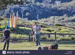 Attori Jake Ryan, Sam gelo e un membro dell' equipaggio preparare al film  una scena esterna di Home & Away serie tv a Palm Beach, Australia Foto  stock - Alamy