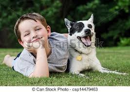 Niño jugando con su perro mascota. Un niño jugando con su perro ...