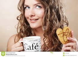 Женщина есть печенье и выпивая кофе. Стоковое Фото - изображение  насчитывающей кофе, женщина: 31789348