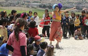 Members of Clowns Without Borders entertain Syrian refugee children in Jab Janine,  West Bekaa, Lebanon, June 2, 2014. REUTERS/Sharif Karim | Arte, Siria