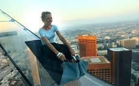 """Tobogã invisível"""" é inaugurado a 290 metros do chão em Los Angeles ..."""