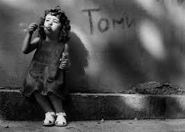 صورة طفلة صغيرة ابيض واسود تلعب احلى صور