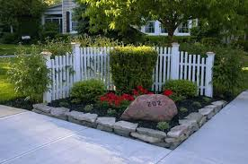 Take A Look In This Corner Fence Decoration That Will Draw Everyone Attention Corner Landscaping Fence Landscaping Front Landscaping