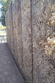 Like This Fence Made From Metal Stakes 2 Layers Of Wire Mesh And Filled With Leaves At Cornerstone Gard Outdoor Gardens Sustainable Garden Landscape Structure
