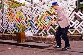 Andy Uprock Is A Street Artist Who S Been Creating Pieces Using Plastic Cups Stuck In Chain Link Fence He Often Uses 2 000 Fence Art Link Art Chain Link Fence