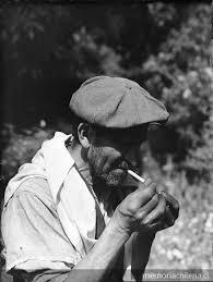 Hombre de boina prendiendo un cigarro - Memoria Chilena ...