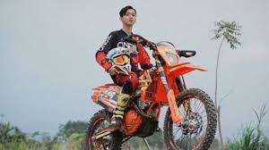 Gambar Cowok Naik Motor Trail