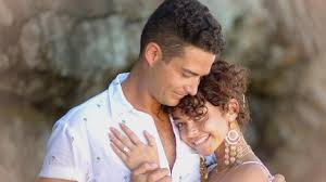 Sarah Hyland Engaged to Wells Adams! See the MASSIVE Ring - YouTube