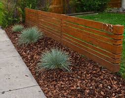 A Modern Fence Update That Bring Street Appeal To The House Affordable Easy And Small Front Yard Landscaping Front Yard Landscaping Design Modern Front Yard