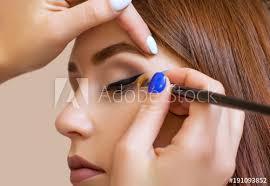 apply makeup and make eye liner