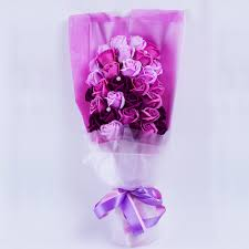 باقة من الورود بالوان جميلة لون بنفسجي أرجواني وأبيض