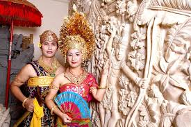 pose in balinese traditional costume