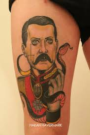 Tatouage homme tenant un serpent – Inkage