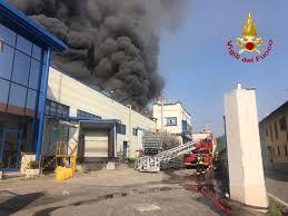 Gallarate, incendio in un'azienda di materie plastiche VIDEO