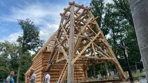 Stavba kostela v Gutech se posouvá rychle kupředu. Mladí žháři ho zapálili  před třemi lety | iROZHLAS - spolehlivé zprávy