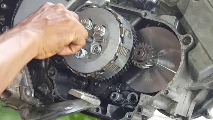 "Hasil gambar untuk cara mengganti kampas kopling motor satria fu"""