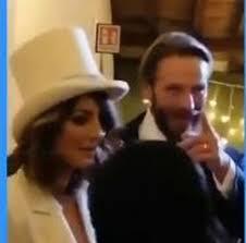 Samanta Togni e Mario Russo sposi: lei con giacca e cilindro rigorosamente  bianchi, lui punta sul classico