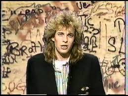 Adam Curry apresentando Guns N' Roses na MTV tocando no The Ritz ...